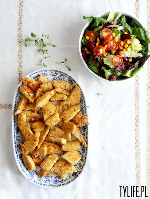Kurczak z parmezanem oraz sałatka z fasolą kidney i sosem musztardowym.