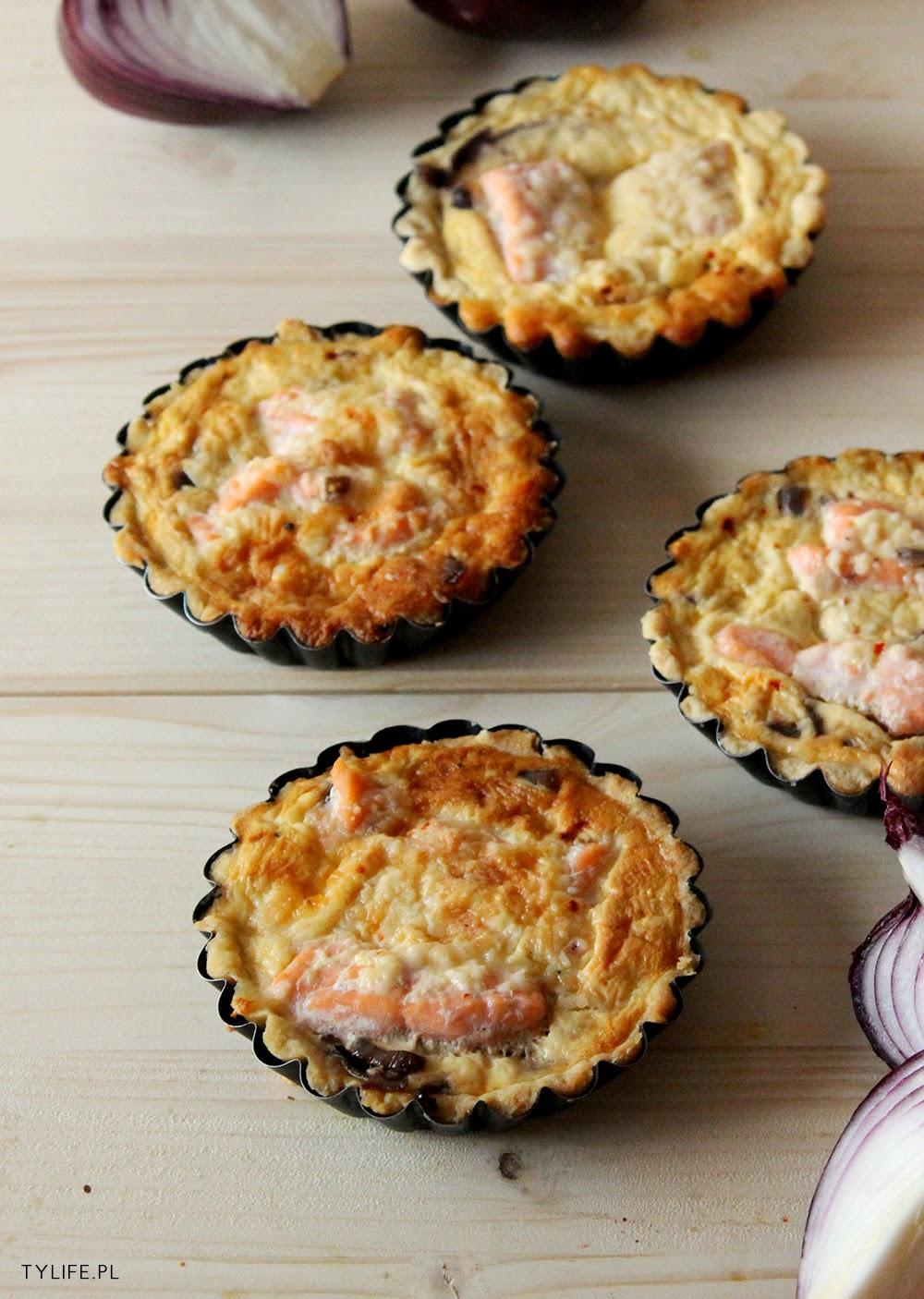 Mini tarty z łososiem i cebulą.