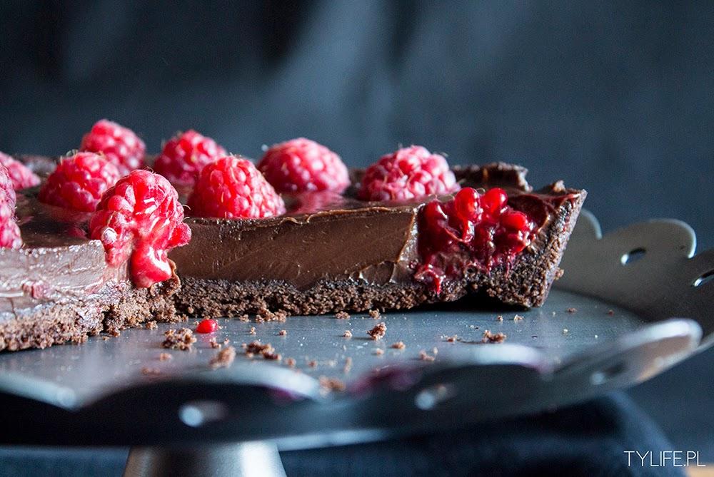Tarta czekoladowa z malinami.