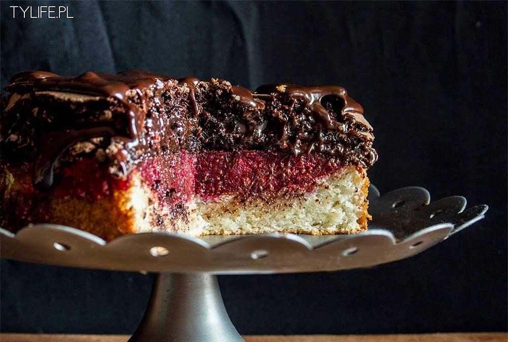 Tort bezowy z malinami.