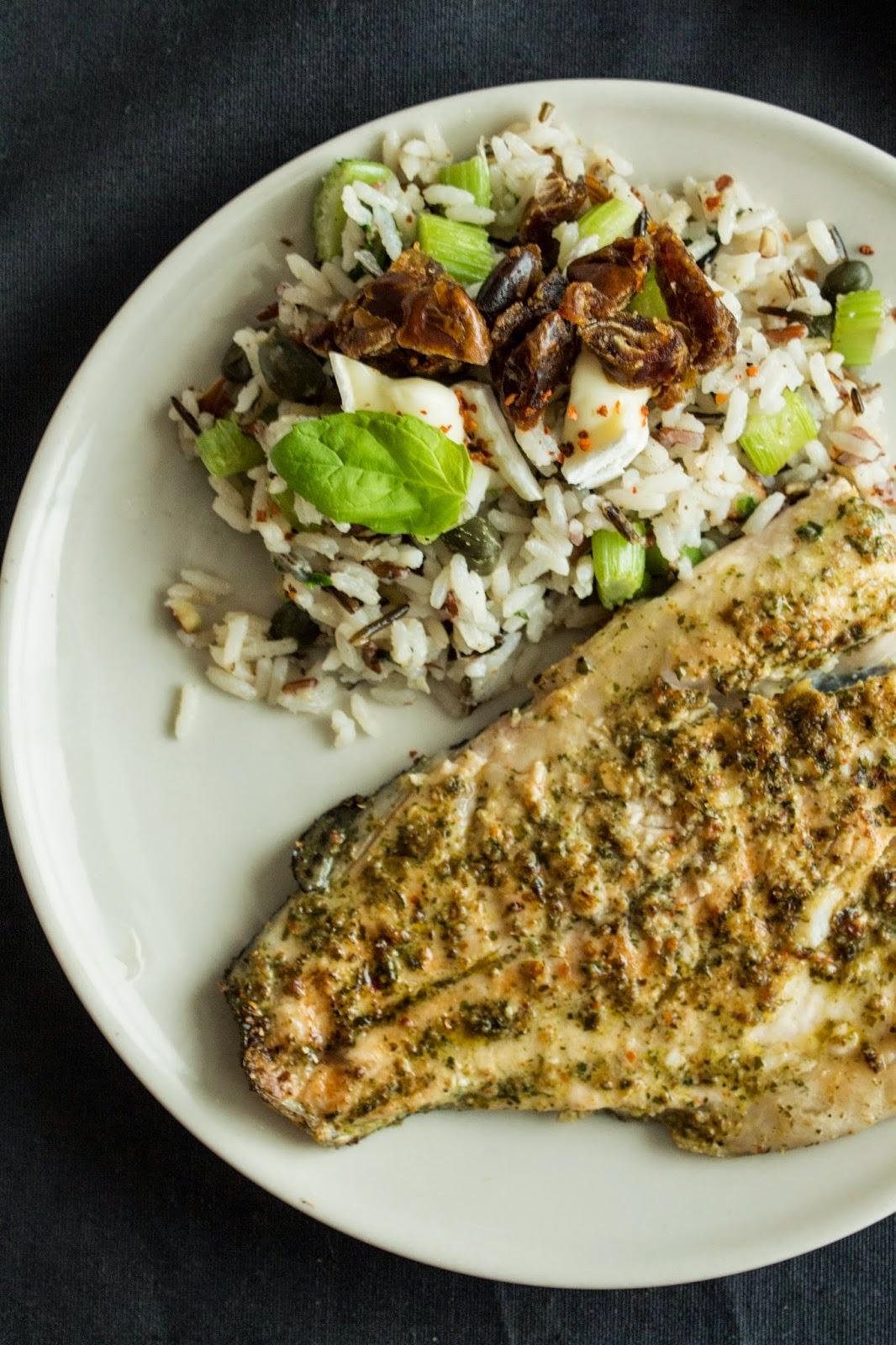 Ryba w szermuli i sałatka ryżowa.