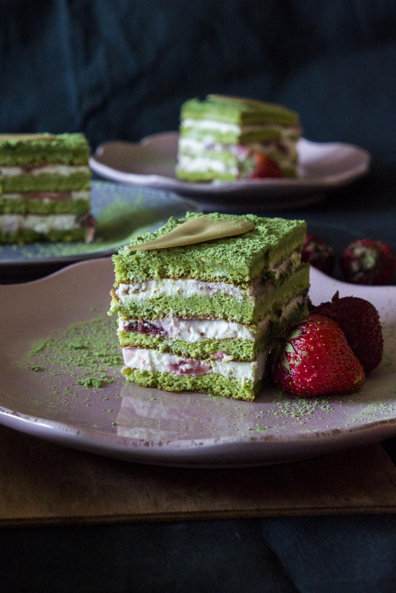 Ciasto z zielonej herbaty z truskawkami.